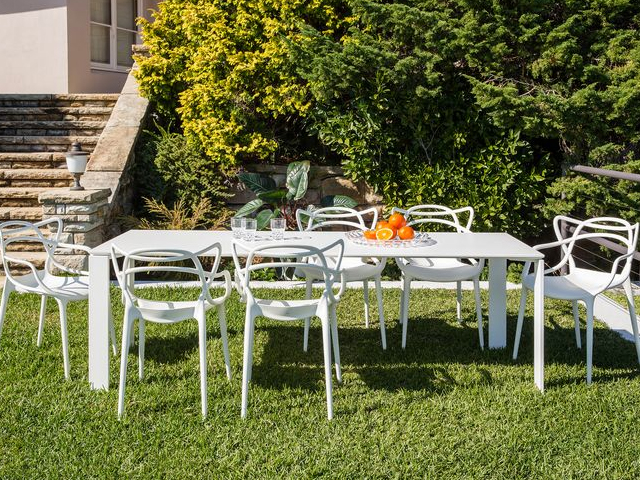 Chaise masters kartell blanche location mobilier d 39 ext rieur for Table exterieur kartell